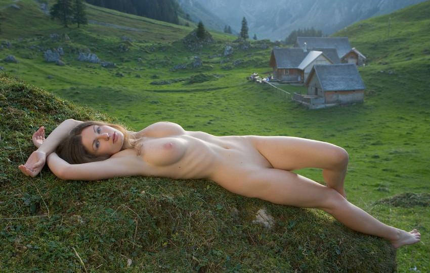 【海外野外露出エロ画像】海外の女の子たちの真っ白な肌が映える!野外ヌード! 33