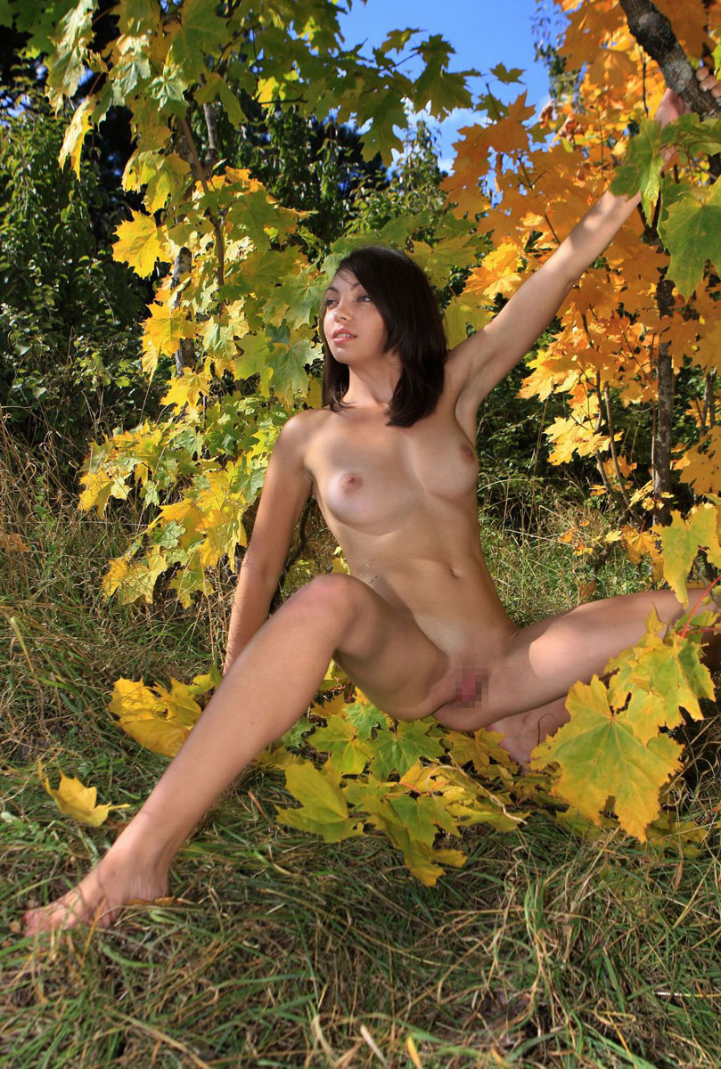 【海外野外露出エロ画像】海外の女の子たちの真っ白な肌が映える!野外ヌード! 34