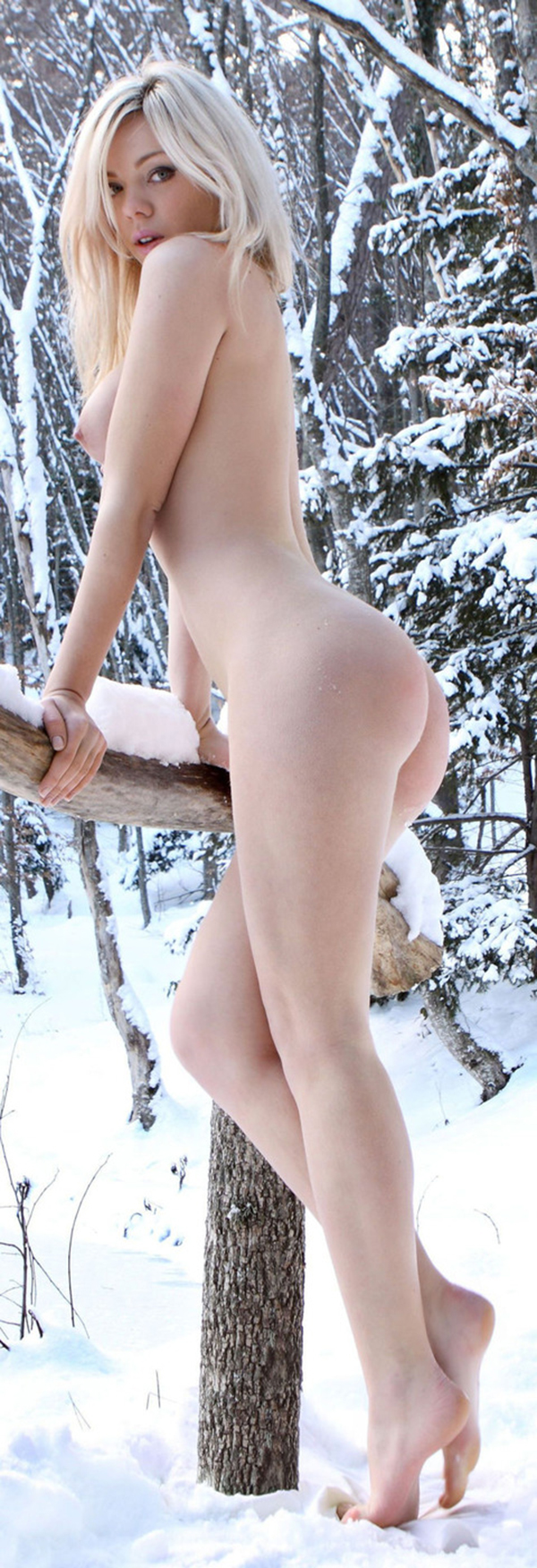 【海外野外露出エロ画像】海外の女の子たちの真っ白な肌が映える!野外ヌード! 42