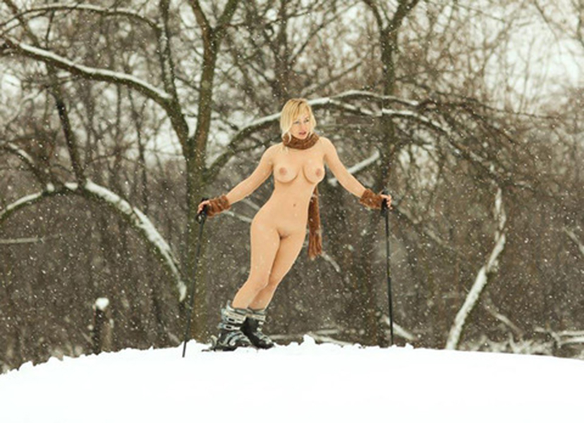 【海外野外露出エロ画像】海外の女の子たちの真っ白な肌が映える!野外ヌード! 53