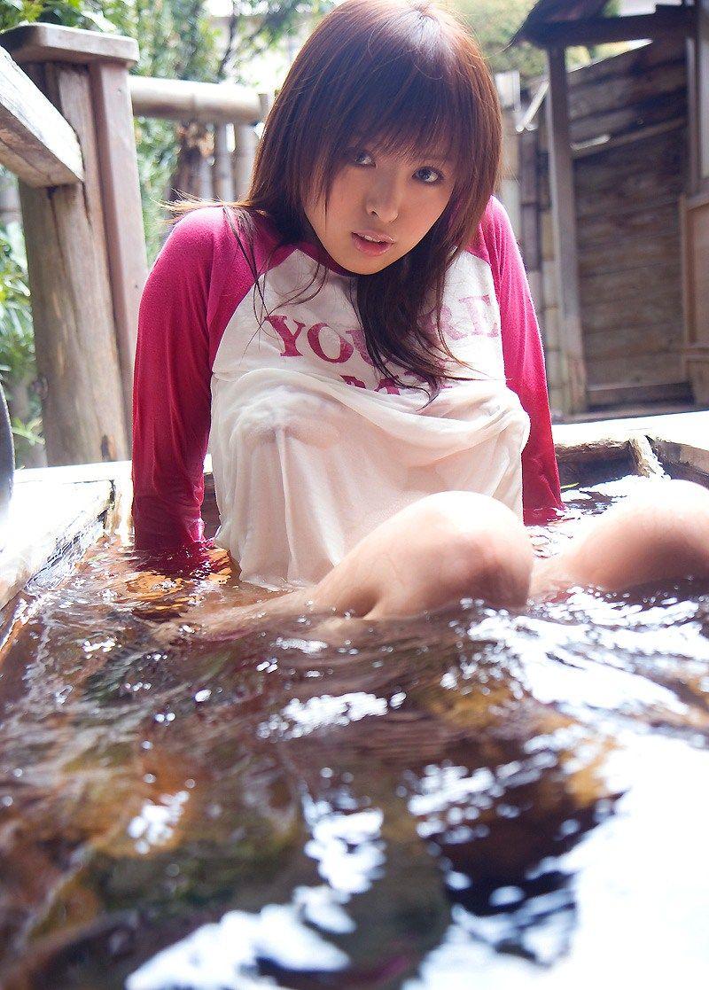 【濡れ透けエロ画像】水に濡れた着衣は予想を上回る透けっぷりだな! 12