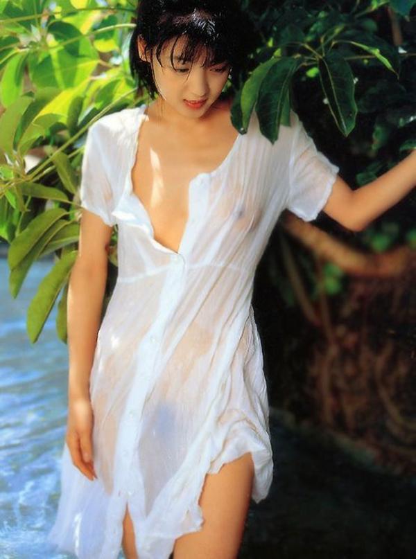 【濡れ透けエロ画像】水に濡れた着衣は予想を上回る透けっぷりだな! 19