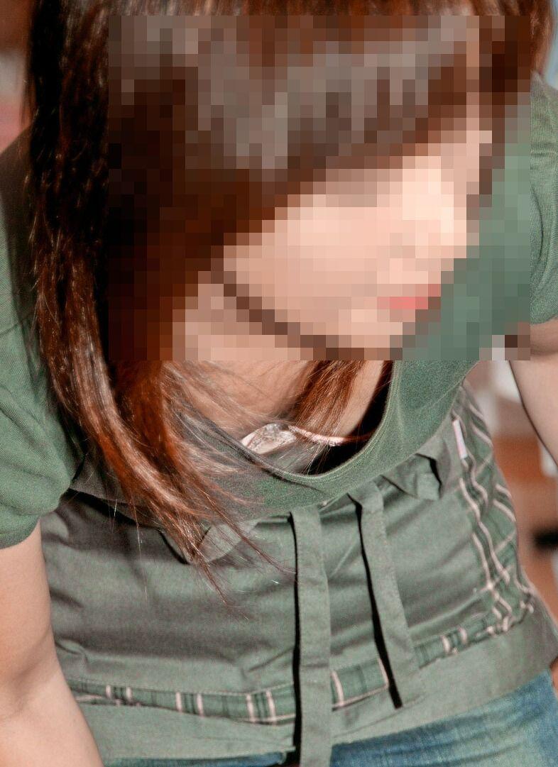 【素人胸チラエロ画像】素人娘たちの胸元を狙った盗撮画像がこちらwww 20