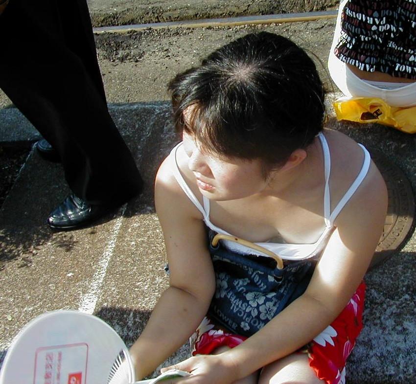 【素人胸チラエロ画像】素人娘たちの胸元を狙った盗撮画像がこちらwww 43