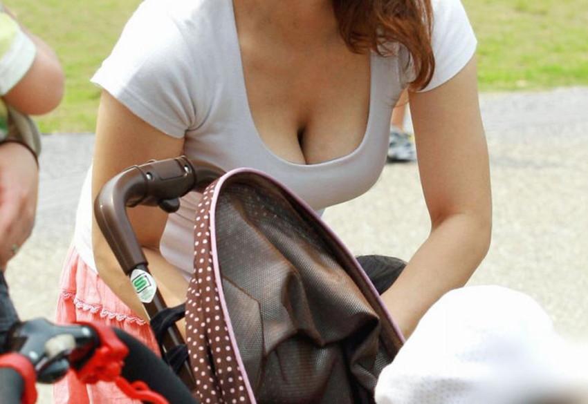【素人胸チラエロ画像】素人娘たちの胸元を狙った盗撮画像がこちらwww 49