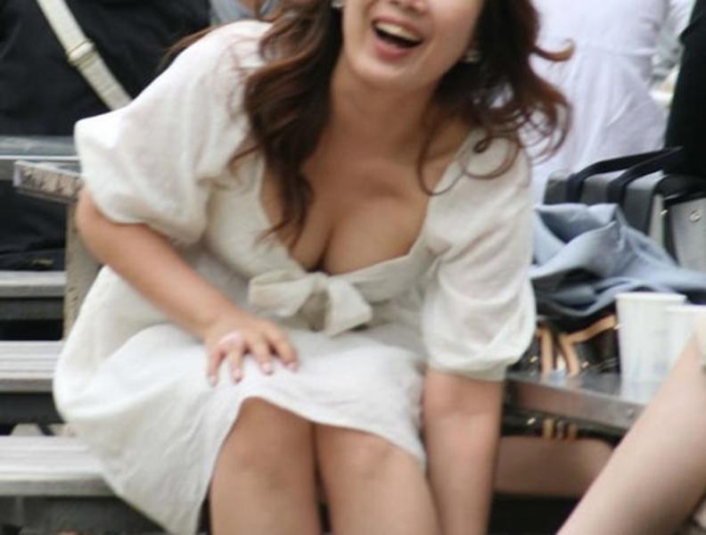 【素人胸チラエロ画像】素人娘たちの胸元を狙った盗撮画像がこちらwww 54