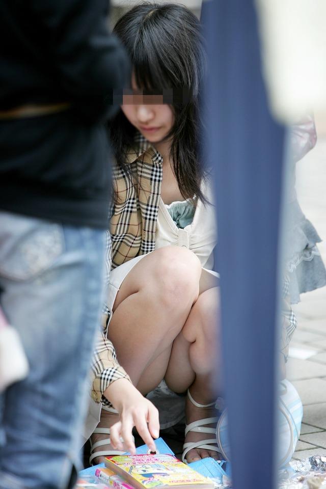 【街撮りパンチラエロ画像】街中で見かけた偶発的なパンチラがエロすぎだろ! 02