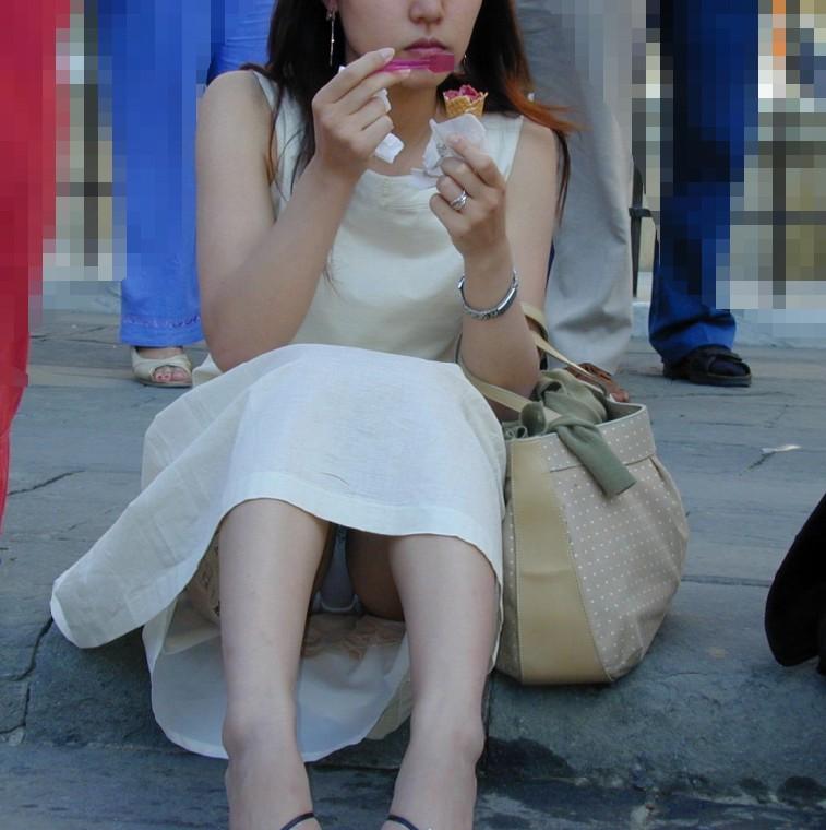 【街撮りパンチラエロ画像】街中で見かけた偶発的なパンチラがエロすぎだろ! 32