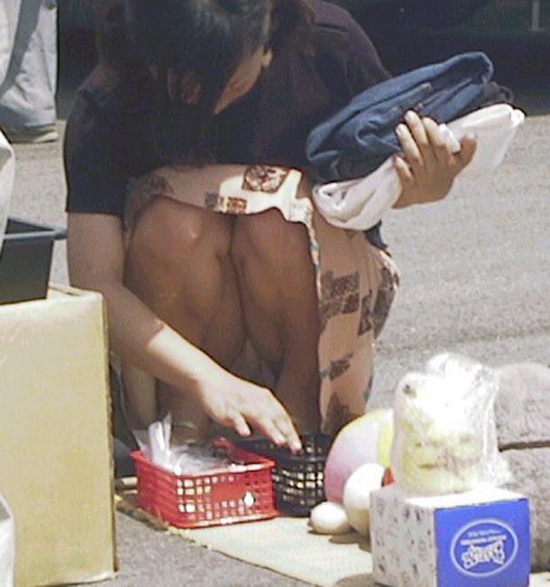 【街撮りパンチラエロ画像】街中で見かけた偶発的なパンチラがエロすぎだろ! 41