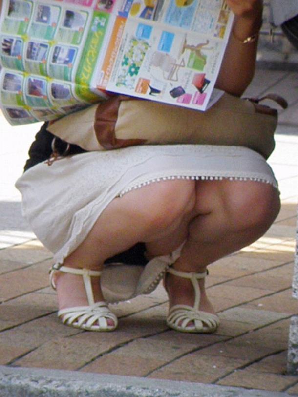 【街撮りパンチラエロ画像】街中で見かけた偶発的なパンチラがエロすぎだろ! 45