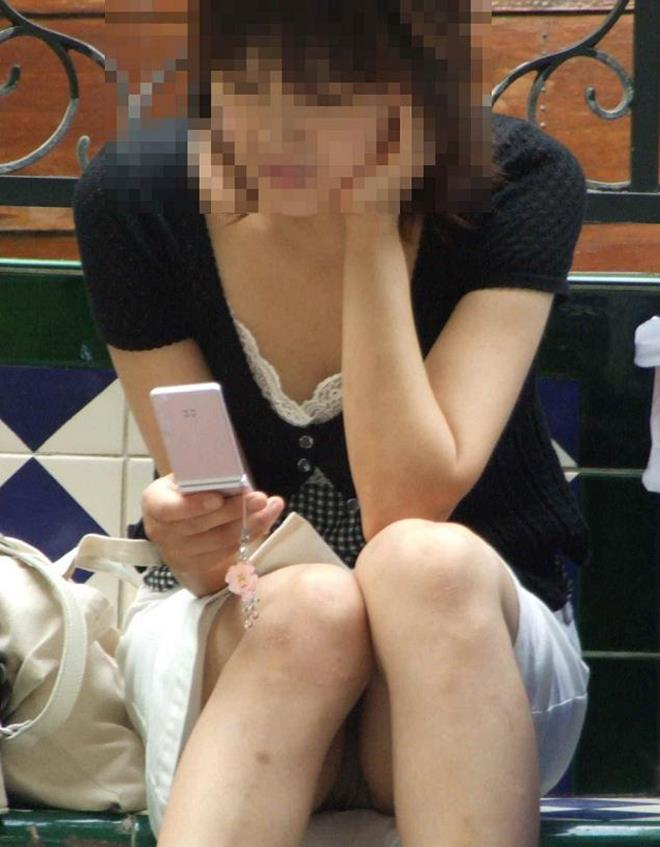【街撮りパンチラエロ画像】街中で見かけた偶発的なパンチラがエロすぎだろ! 51