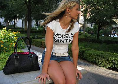 【海外街撮りパンチラエロ画像】海外の女の子たちの生々しい素人パンチラ!