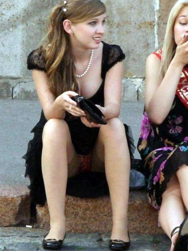 【海外街撮りパンチラエロ画像】海外の女の子たちの生々しい素人パンチラ! 05