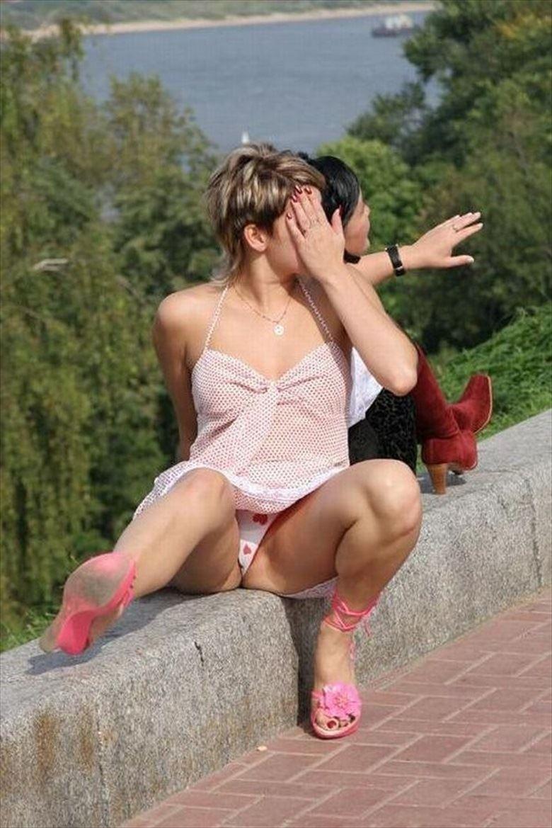 【海外街撮りパンチラエロ画像】海外の女の子たちの生々しい素人パンチラ! 15