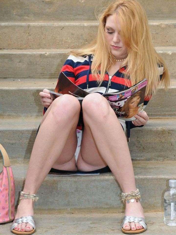 【海外街撮りパンチラエロ画像】海外の女の子たちの生々しい素人パンチラ! 19