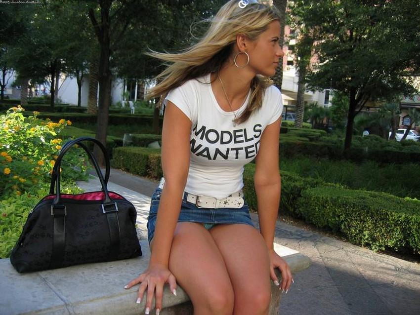 【海外街撮りパンチラエロ画像】海外の女の子たちの生々しい素人パンチラ! 21