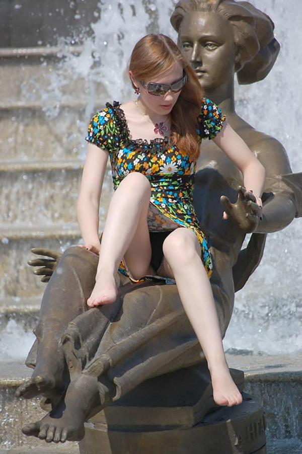 【海外街撮りパンチラエロ画像】海外の女の子たちの生々しい素人パンチラ! 23