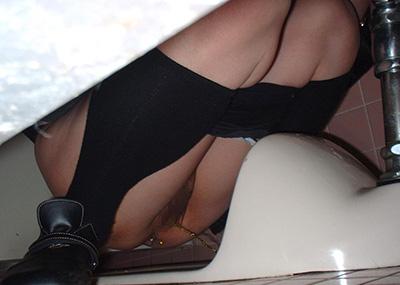 【ウンコ座り】女が和式便所で用を足してる姿見て何が楽しいの???(画像28枚)