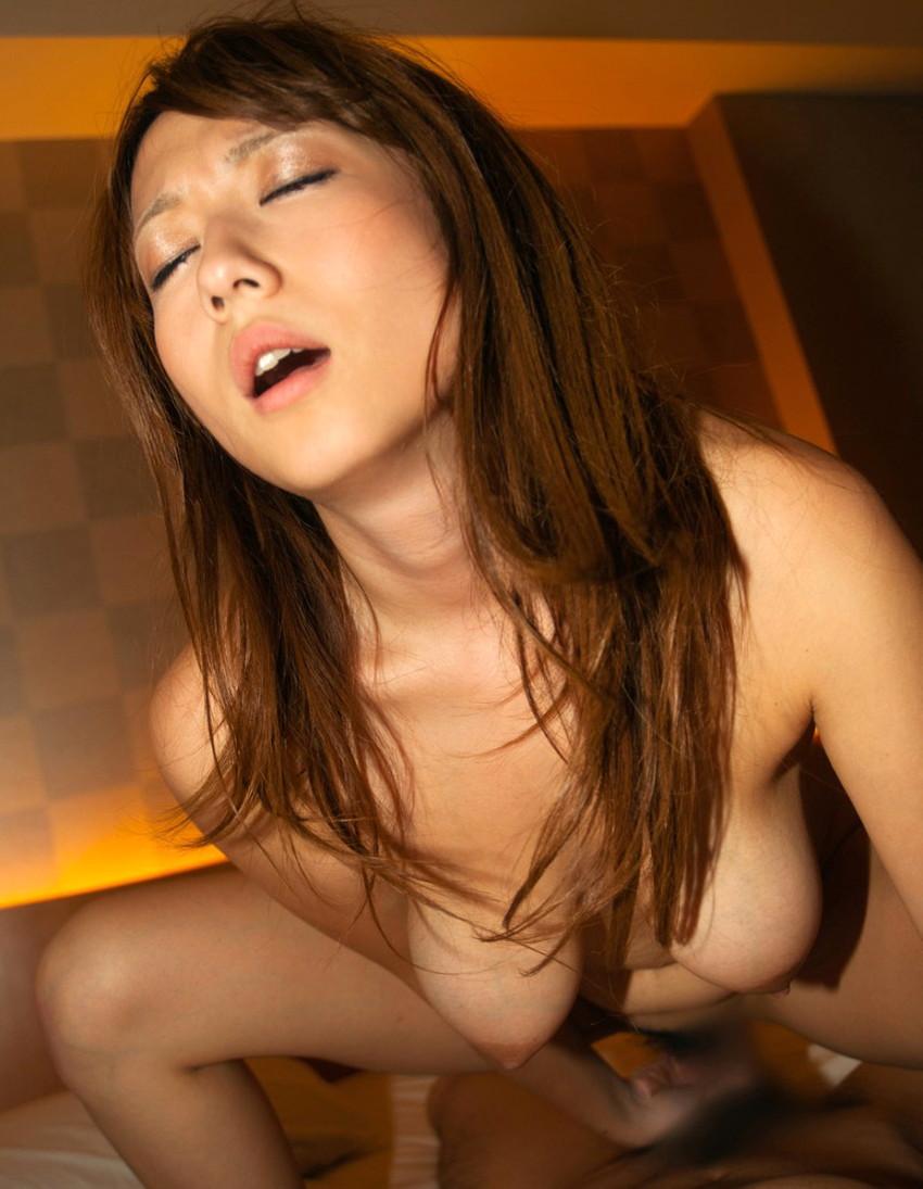 【騎乗位エロ画像】自ら快楽を求めて腰を使う騎乗位でセックスする女エロ杉! 18