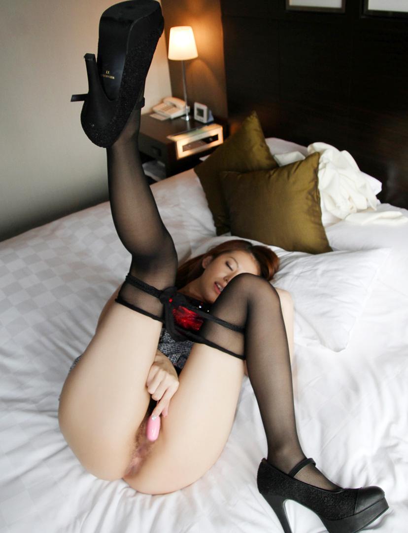 【ローターオナニーエロ画像】ローターの小刻みな刺激にうっとりオナニーする女! 07