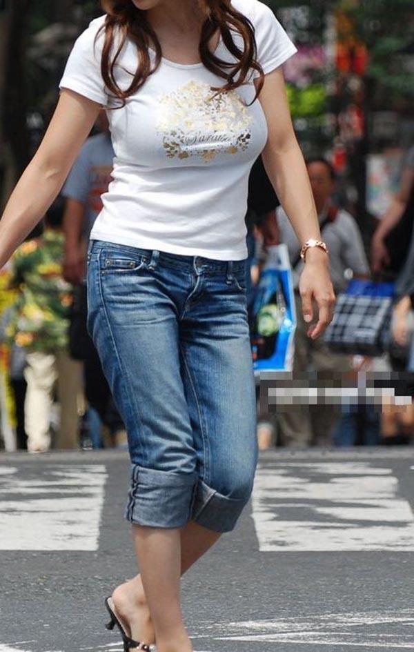 【着衣巨乳エロ画像】何度でも振り向いて見てしまいそう!着衣巨乳の女の子!