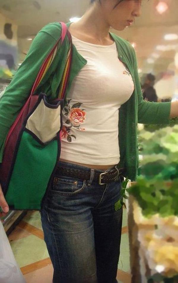 【着衣巨乳エロ画像】何度でも振り向いて見てしまいそう!着衣巨乳の女の子! 07