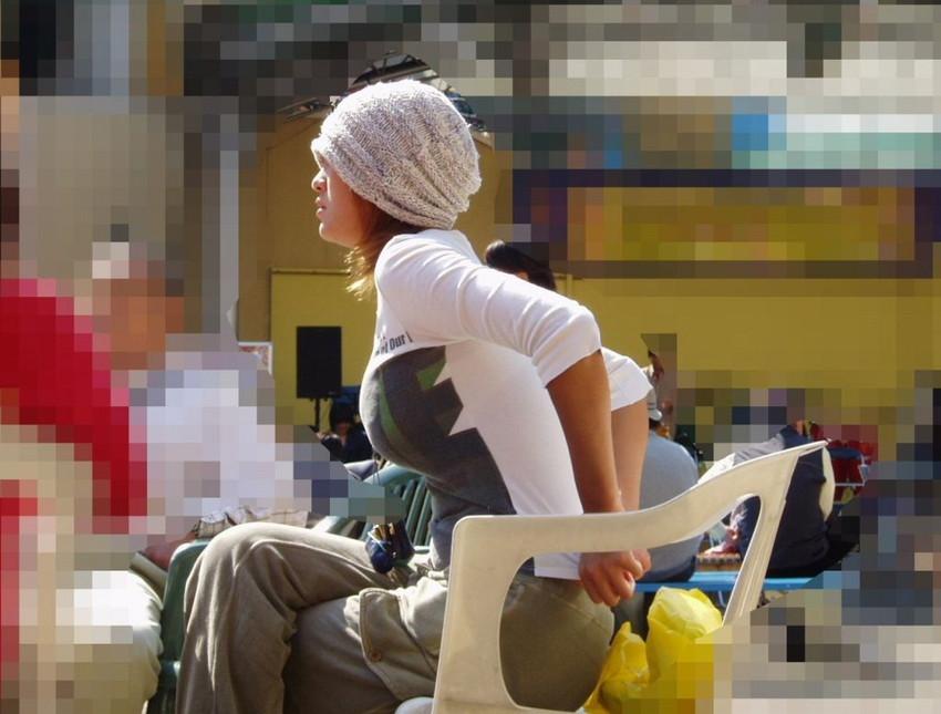 【着衣巨乳エロ画像】何度でも振り向いて見てしまいそう!着衣巨乳の女の子! 26