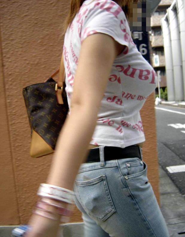 【着衣巨乳エロ画像】何度でも振り向いて見てしまいそう!着衣巨乳の女の子! 27