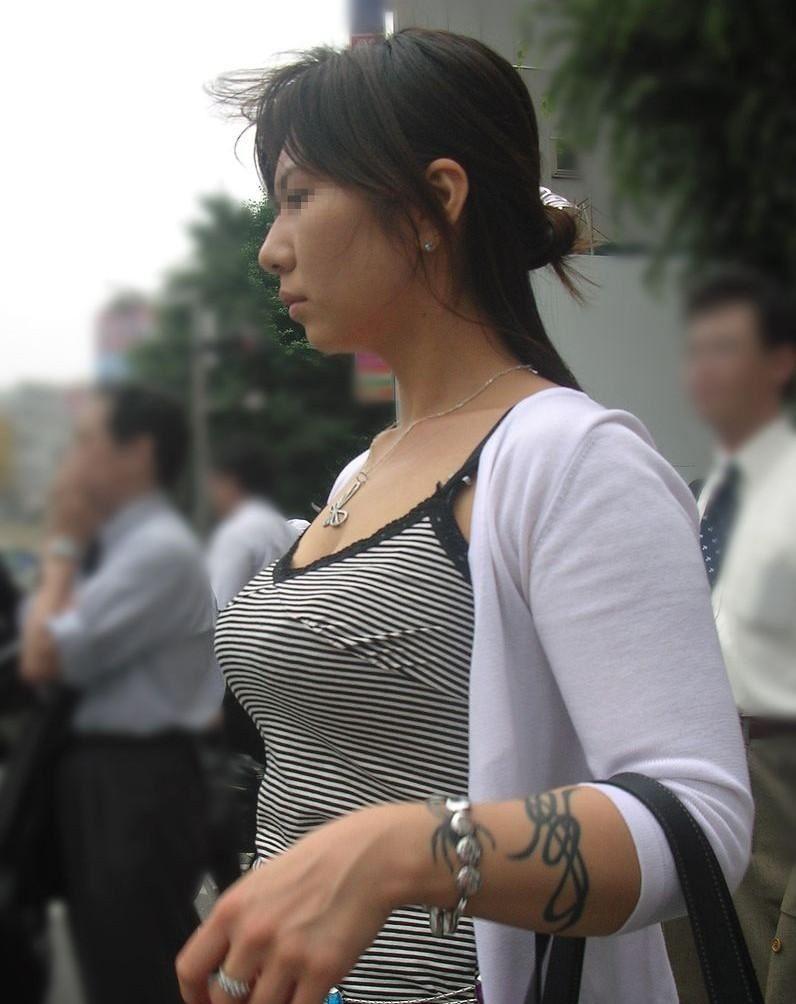 【着衣巨乳エロ画像】何度でも振り向いて見てしまいそう!着衣巨乳の女の子! 52