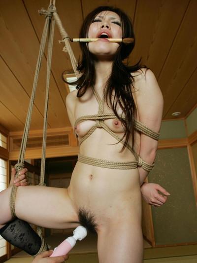 【緊縛プレイエロ画像】拘束されて自由のきかなくなった女の子の身体を玩具に!? 12