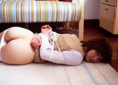 【緊縛プレイエロ画像】拘束されて自由のきかなくなった女の子の身体を玩具に!? 21