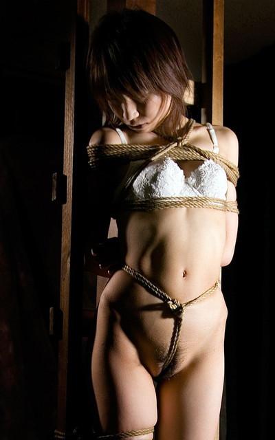【緊縛プレイエロ画像】拘束されて自由のきかなくなった女の子の身体を玩具に!? 22