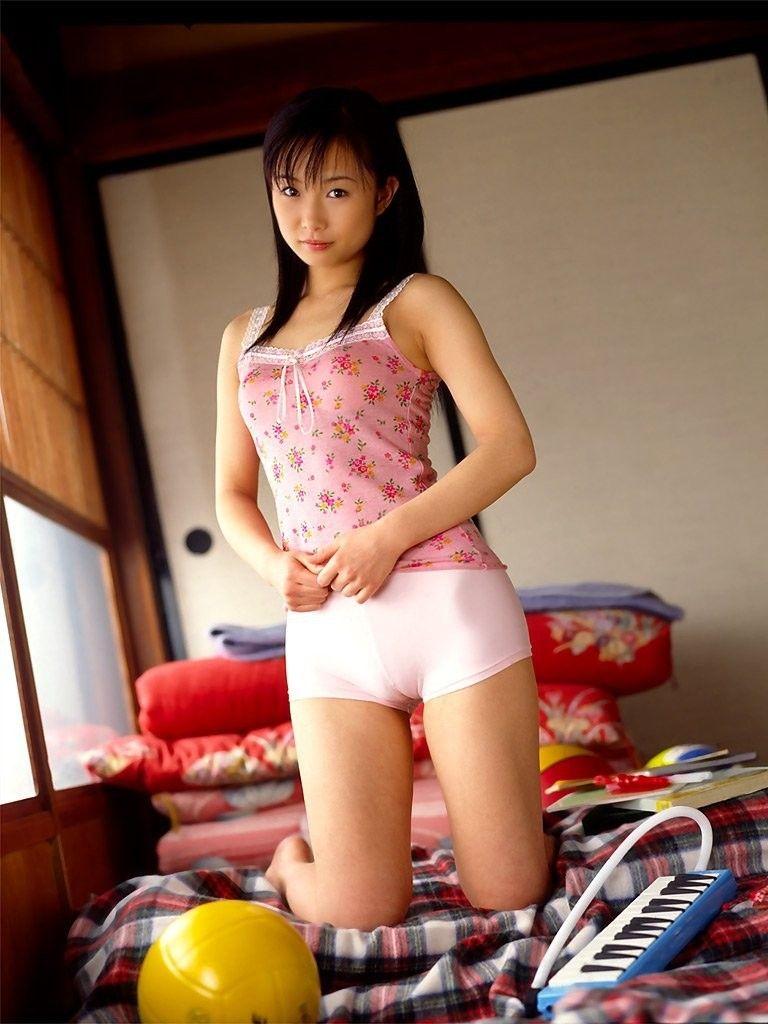 【マンスジエロ画像】卑猥なまでに食い込んだ股間!性器が浮き彫りじゃないか!?
