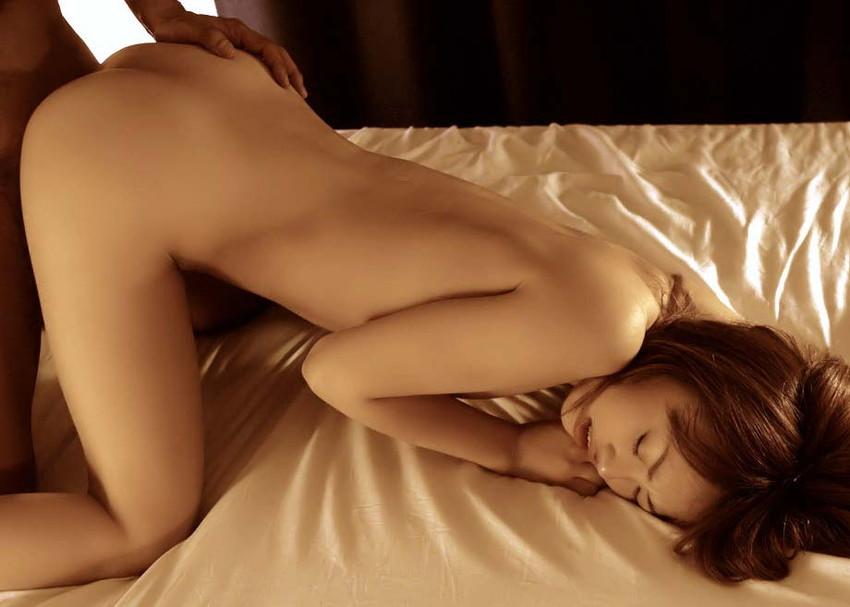 【後背位エロ画像】後ろから女の子の美尻を眺めながらチンポを突き立てる! 05