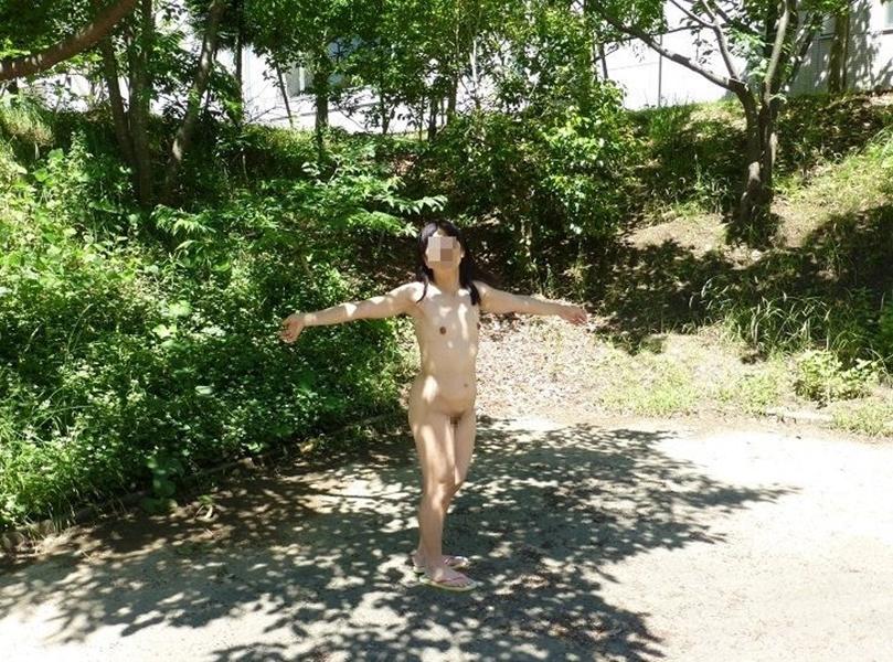 【野外露出エロ画像】これほど過激な野外露出!いきすぎ素人たちの野外露出! 50
