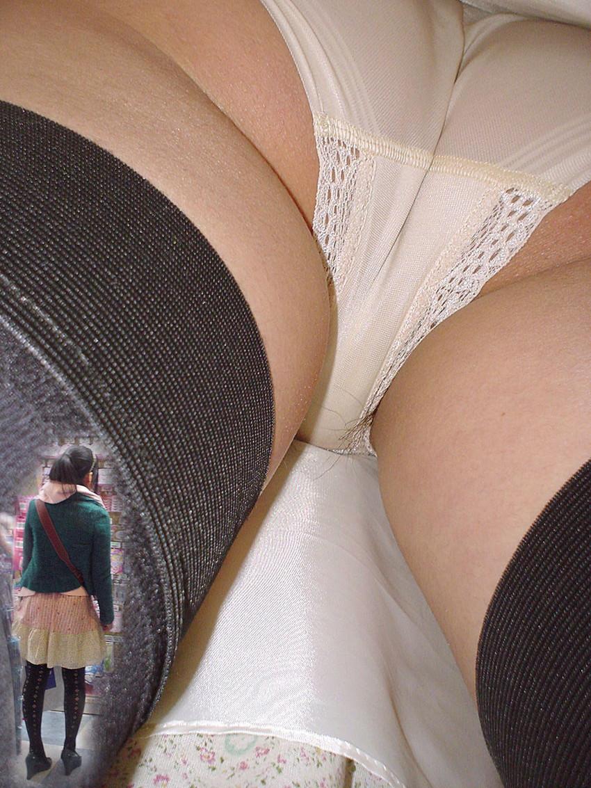 【ハミ毛パンチラエロ画像】予想外のゲストが移りこんだパンチラ特集!www