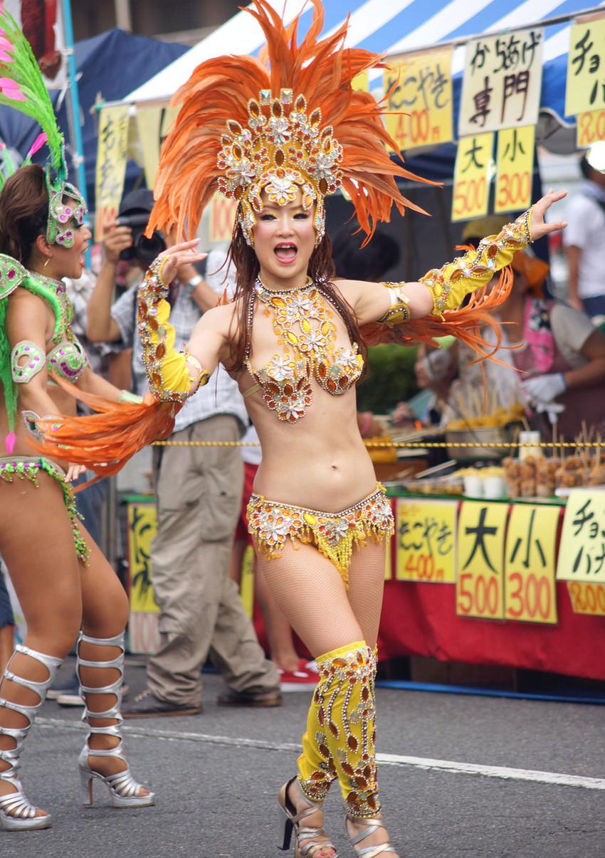【サンバエロ画像】日本にもあった!下着同然で踊りまくりのサンバ祭り!