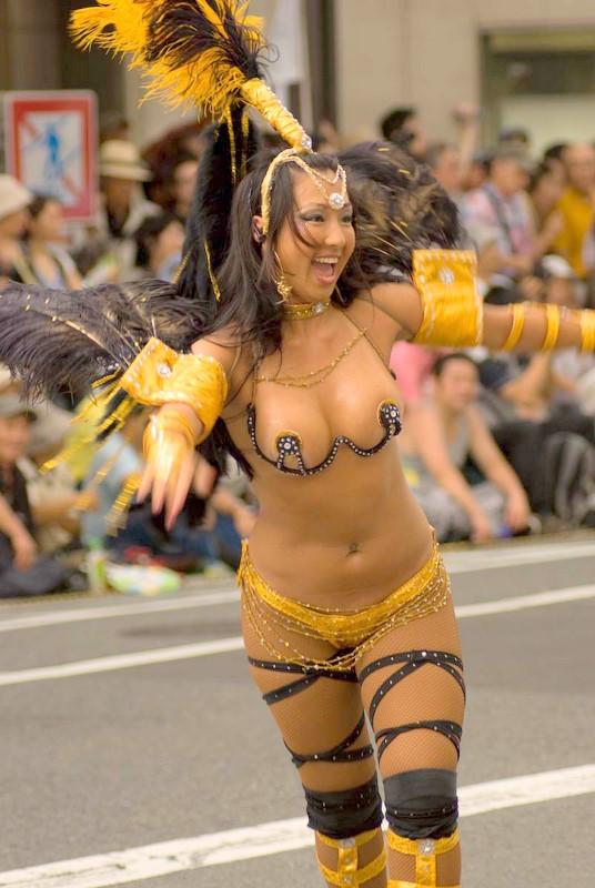 【サンバエロ画像】日本にもあった!下着同然で踊りまくりのサンバ祭り! 02