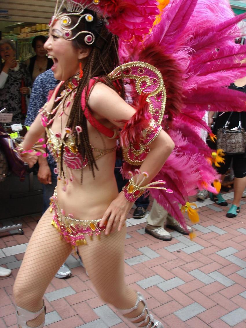 【サンバエロ画像】日本にもあった!下着同然で踊りまくりのサンバ祭り! 03
