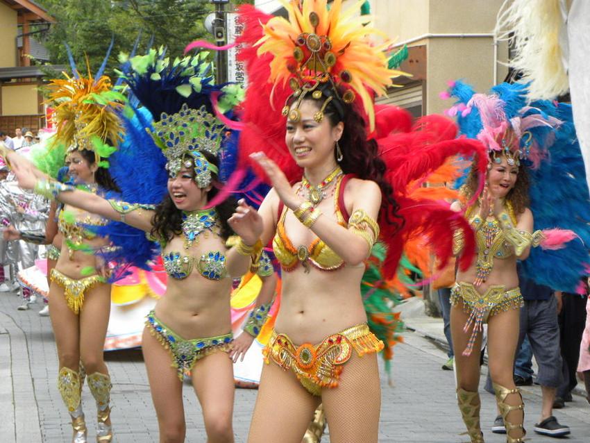 【サンバエロ画像】日本にもあった!下着同然で踊りまくりのサンバ祭り! 31