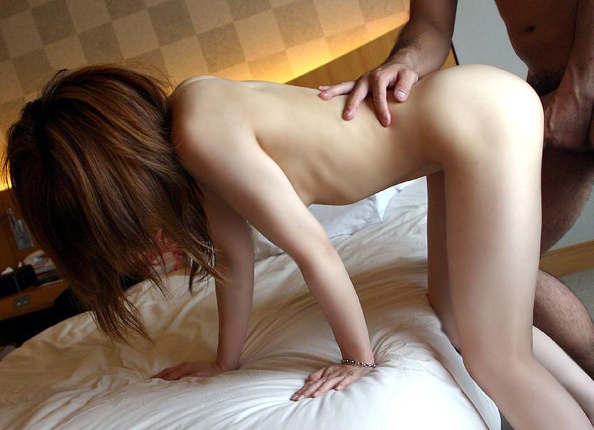 【立ちバックエロ画像】ベッドなどなくてもお手軽にセックスが楽しめる体位がこちらw 31