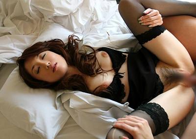 【着衣セックスエロ画像】着の身、着のままの姿で最低限だけ脱衣して楽しむセックス!