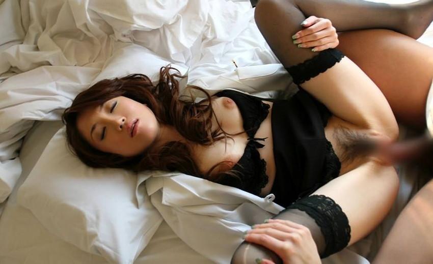 【着衣セックスエロ画像】着の身、着のままの姿で最低限だけ脱衣して楽しむセックス! 22