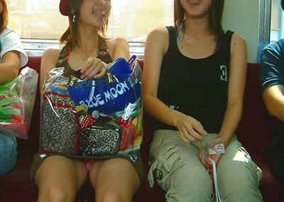【電車内盗撮エロ画像】電車内で狙った素人娘たちのパンチラや胸チラwww