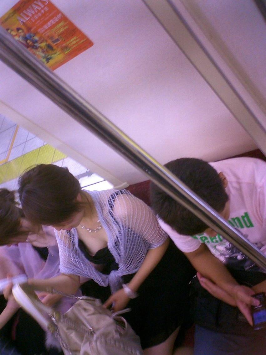 【電車内盗撮エロ画像】電車内で狙った素人娘たちのパンチラや胸チラwww 08