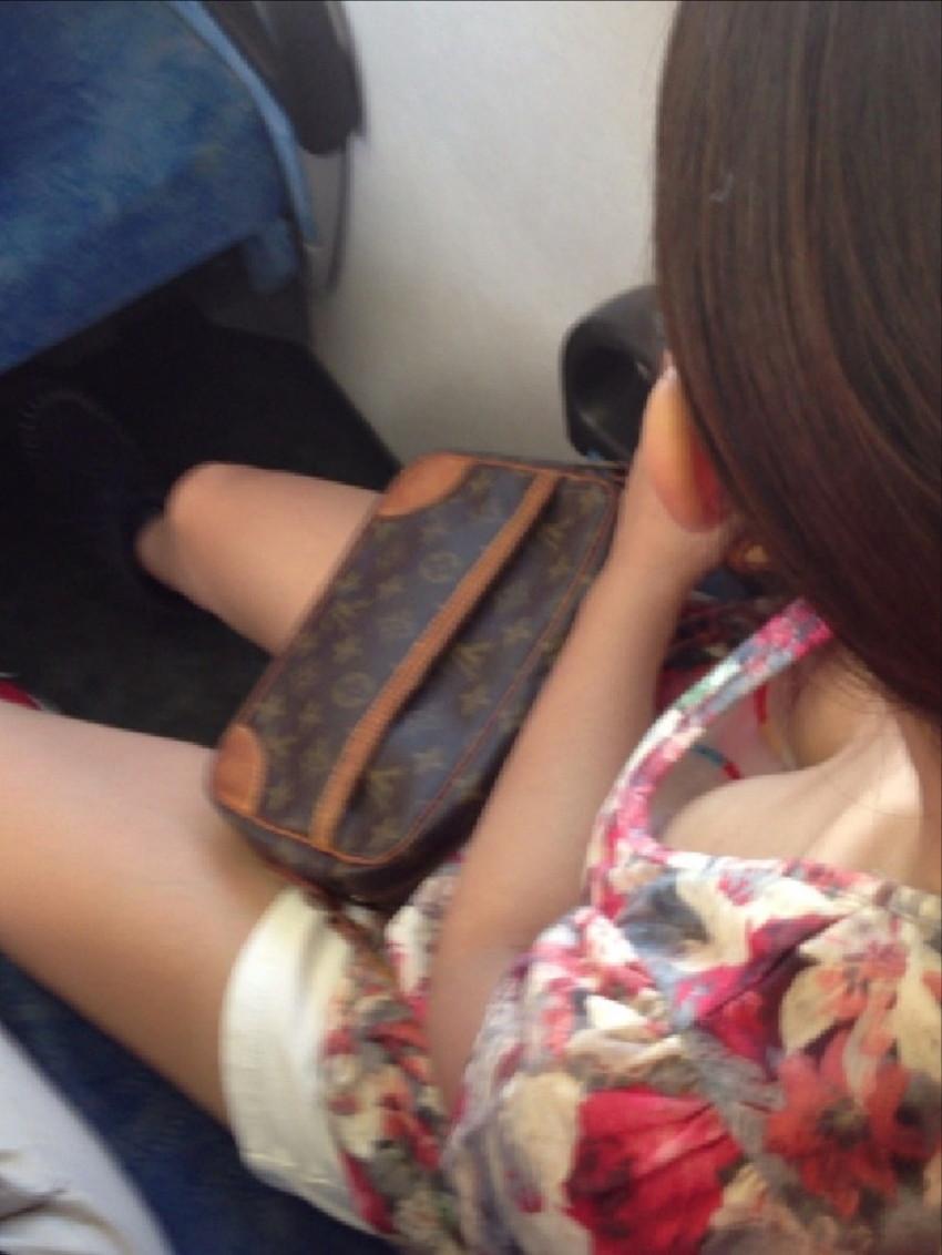 【電車内盗撮エロ画像】電車内で狙った素人娘たちのパンチラや胸チラwww 09