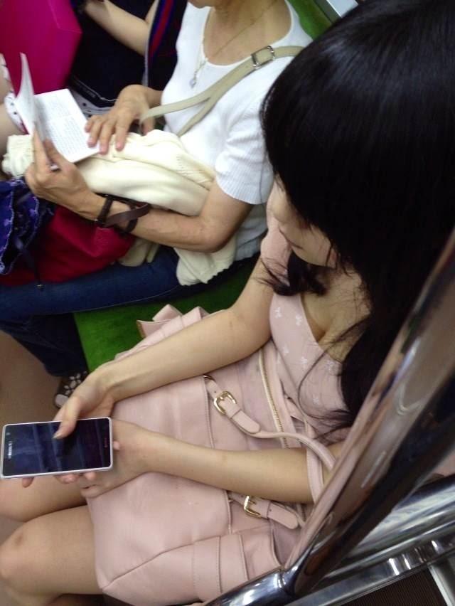 【電車内盗撮エロ画像】電車内で狙った素人娘たちのパンチラや胸チラwww 14