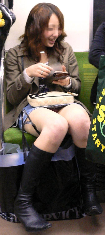 【電車内盗撮エロ画像】電車内で狙った素人娘たちのパンチラや胸チラwww 16