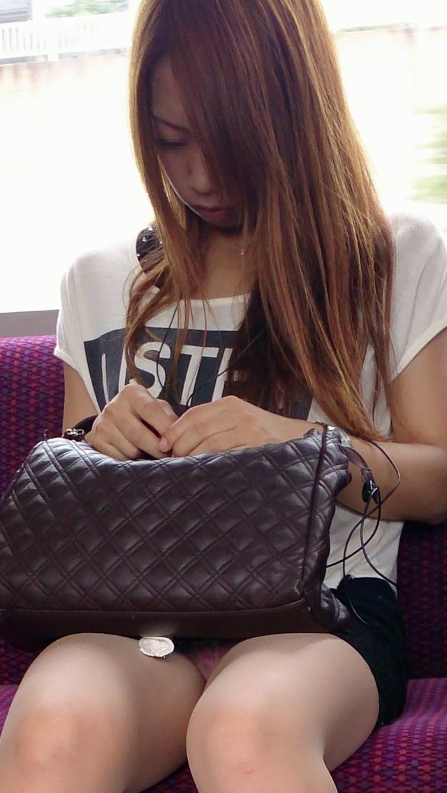 【電車内盗撮エロ画像】電車内で狙った素人娘たちのパンチラや胸チラwww 22