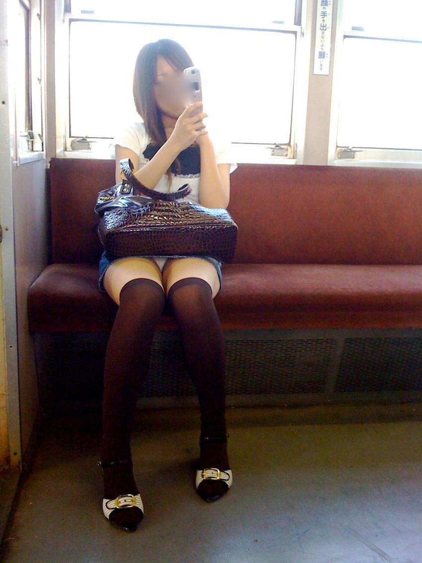【電車内盗撮エロ画像】電車内で狙った素人娘たちのパンチラや胸チラwww 23